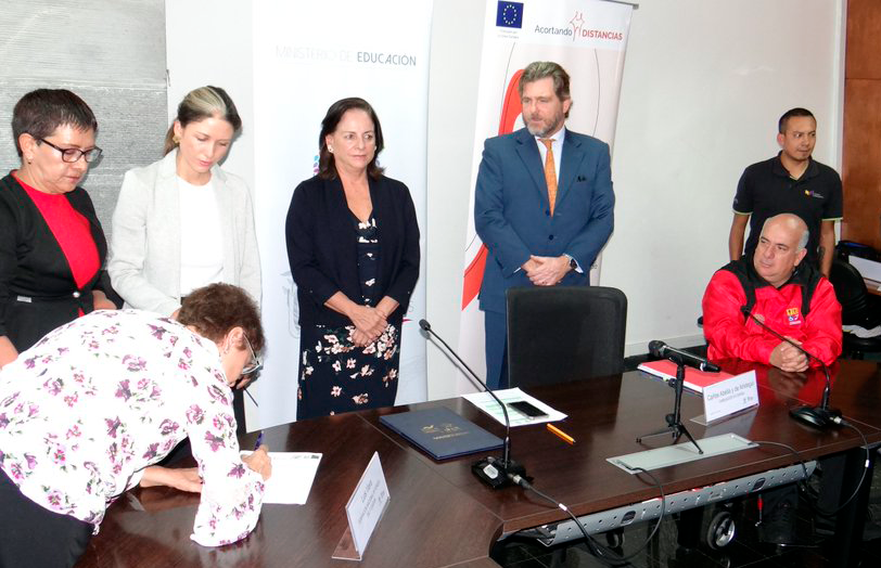 Liliana Pelaia signing the agreement